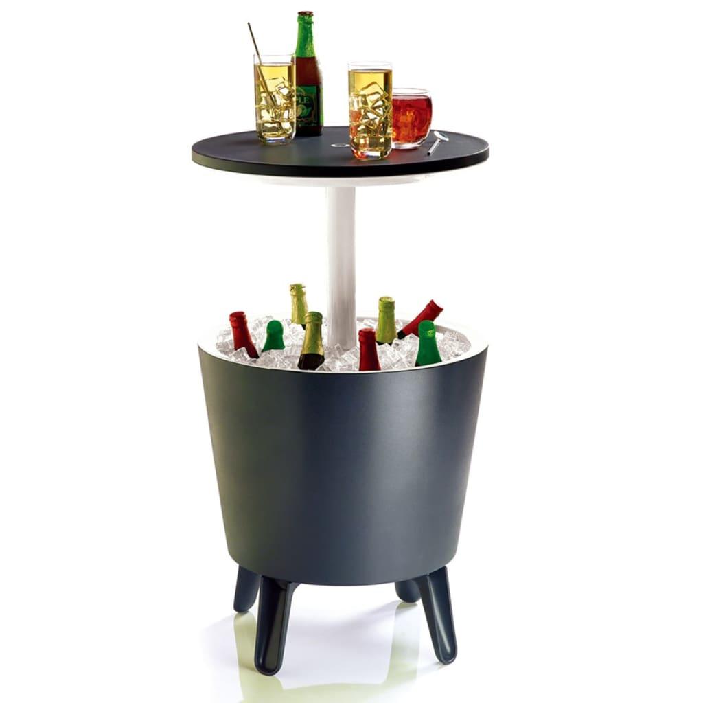 Barek ogrodowy 192710 marki Keter jest zarówno modnym stolikiem koktajlowym, jak i doskonałym rozwiązaniem dla chłodzenia napojów podczas imprez na świeżym powietrzu.