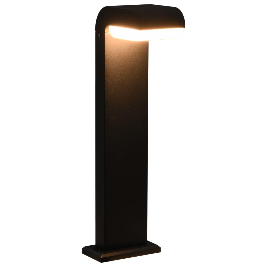 Cette lampe LED élégante d'extérieur pour allées se distingue par son design moderne. Fabriquée en aluminium moulé, cette lampe de jardin mettra en valeur tous les espaces d'extérieur. Elle se distingue par un diffuseur PC opale intégré.