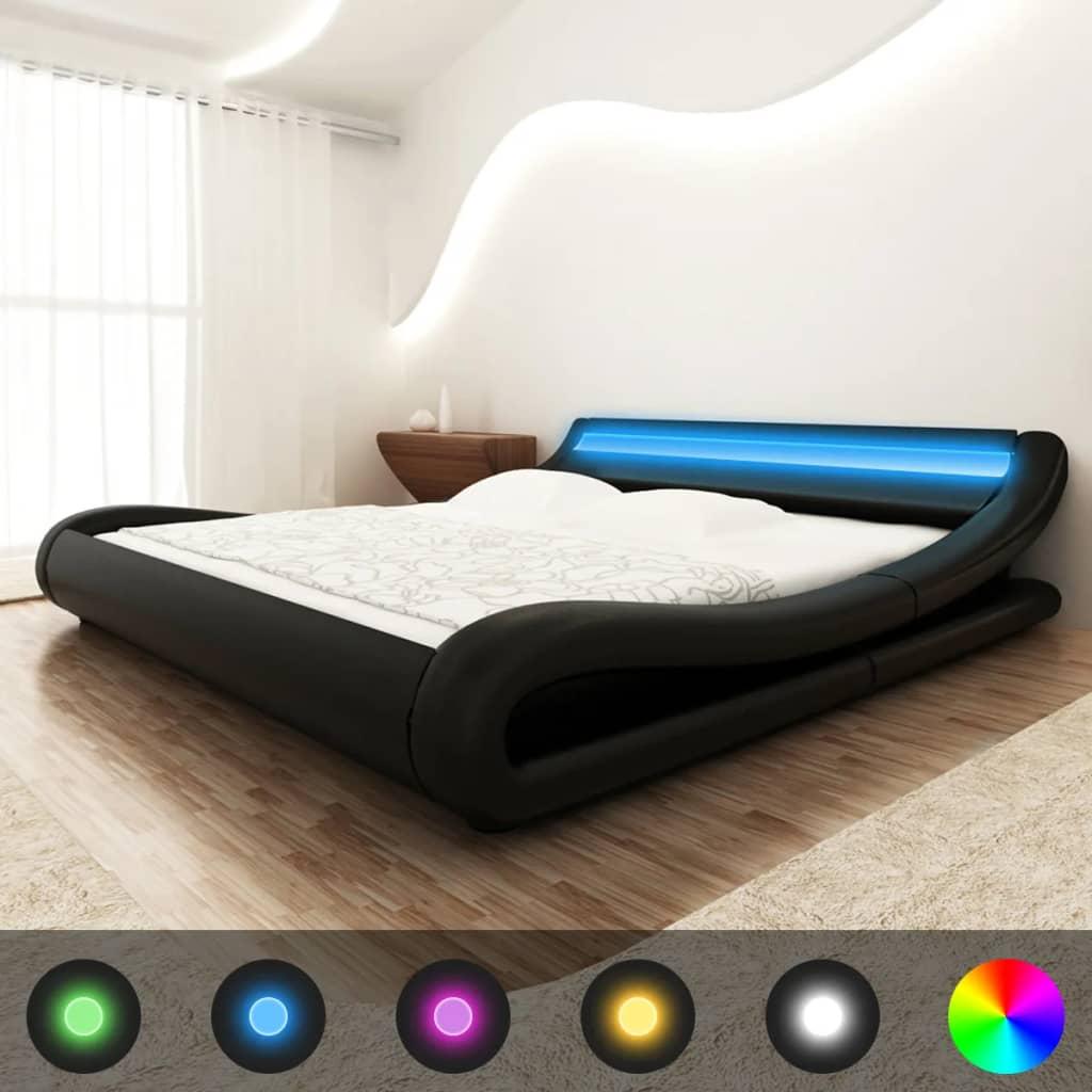 Černá postel koženka 180 cm zahnutá s pruhem LED a s matrací