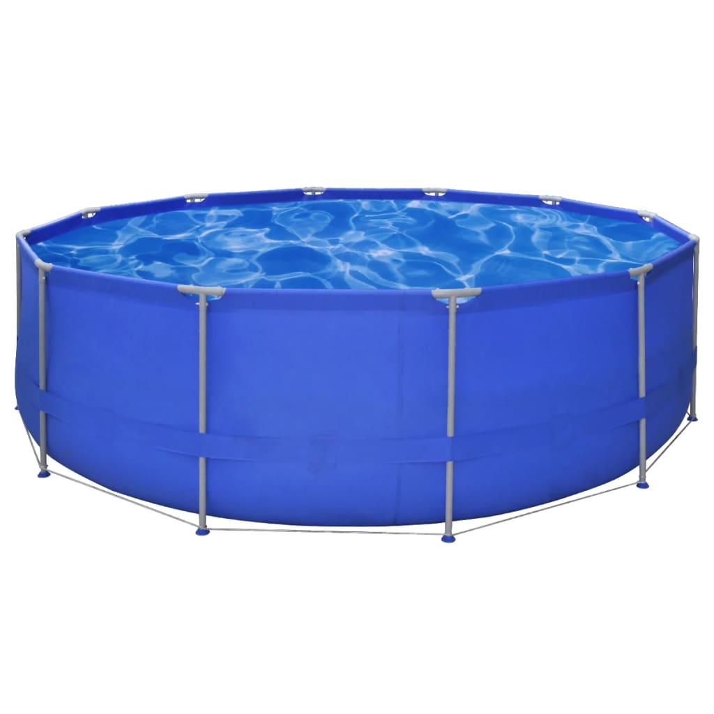 De ombouw van dit zwembad bestaat uit een stevig stalen frame en een polyester wand welke het zwembad verstevigd.