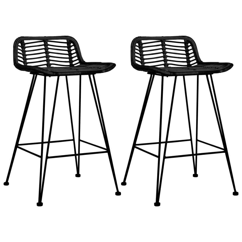<ul><li>Farbe: Schwarz </li><li>Material: Natur Rattan + Metall-Beine</li><li>Gesamtmaße: 46 x 48 x 79 cm (B x T x H)</li><li>Sitztiefe: 37 cm</li><li>Sitzhöhe über den Boden: 62 cm</li><li>Lieferung umfasst 2 Barstühle</li></ul>