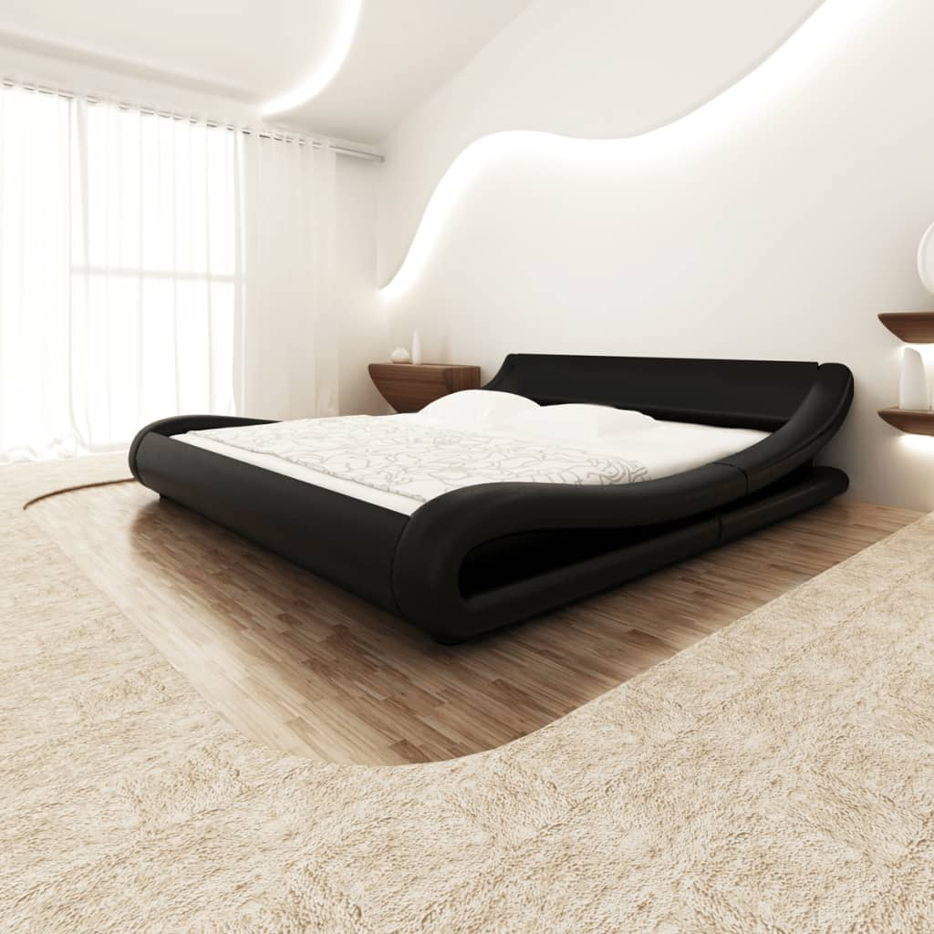 Krökt säng i svart konstläder med en 140 x 200 madrass